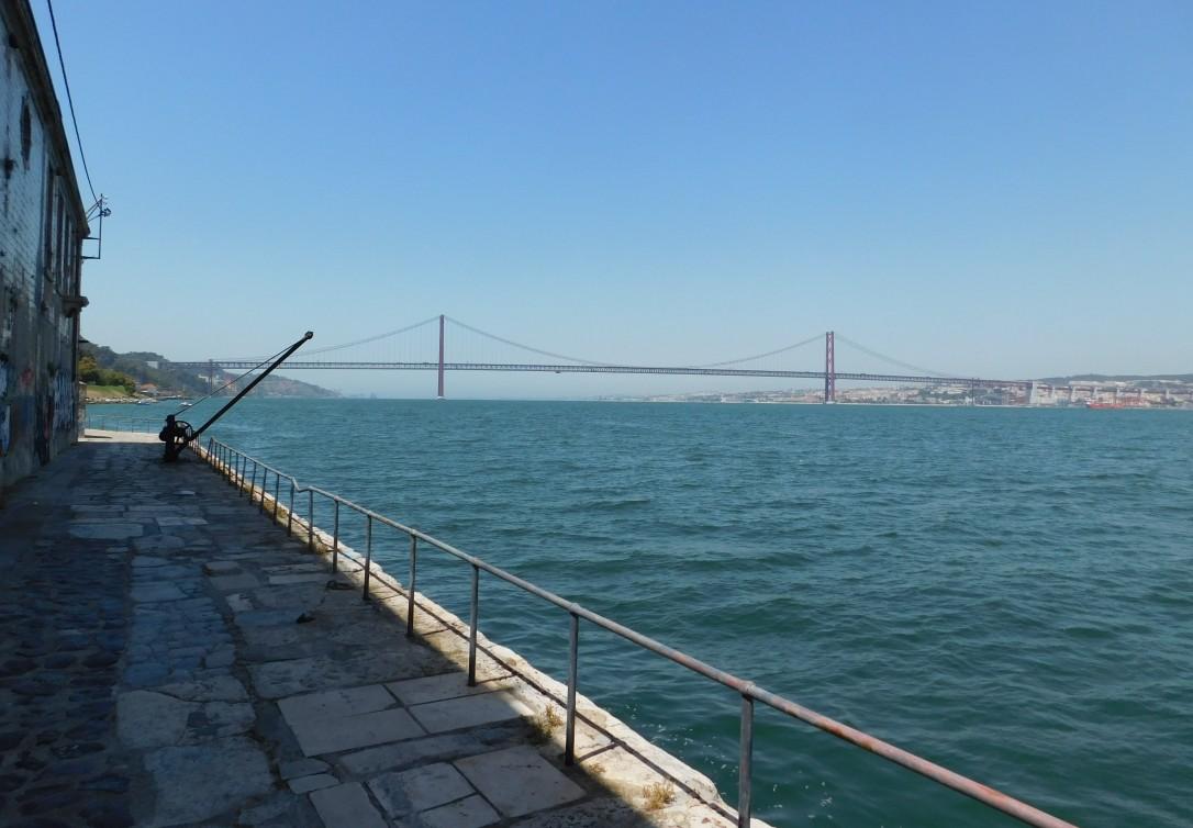 7-vista-del-puente-25-abril-desde-paseo